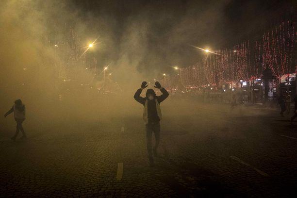 Poliisi käytti kyynelkaasua keltaliivien mielenosoituksissa lauantaina Pariisissa.