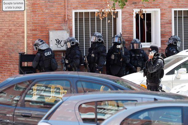 Katalonian poliisin Mossos d'Esquadran erikoisyksikkö teki ratsian epäillyn kotiin. Mies asui aivan poliisiaseman naapurissa.