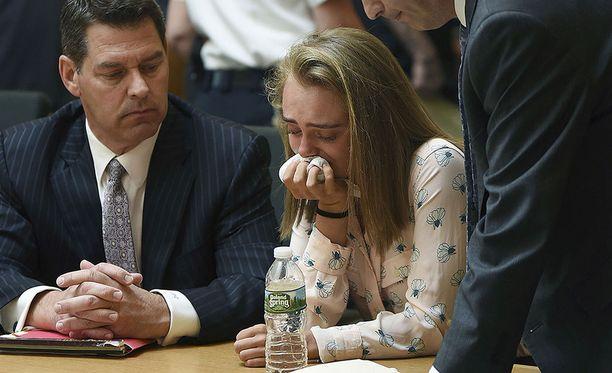 20-vuotias Michelle Carter itki kuullessaan tuomionsa Yhdysvaltain Massachusettsissa perjantaina.