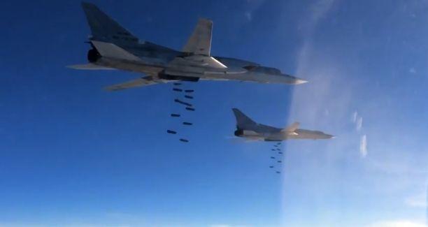 18.11. päivätyssä kuvassa näkyy, kuinka venäläiset Tu-22M3-mallin pitkän kantaman strategiset pommikoneet pudottavat OFAB-250-270-pommeja kohteisiin Syyriassa.