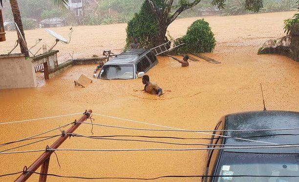 Satojen ihmisten pelätään kuolleen tulvissa ja mutavyöryissä.