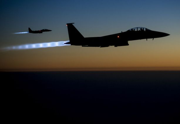 Yhdysvaltojen F-15E-koneita lennolla Irakin yllä. USA aloitti pommitukset Isisiä ja muita ääriryhmiä vastaan Syyriassa vuonna 2014.