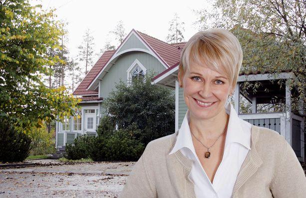 NELIÖHINTA 3 506 € Leena Harkimon romanttinen Ainola-pitsihuvila sijaitsee rauhallisella alueella. 154 asuinneliön talo irtoaa 540 000 eurolla.
