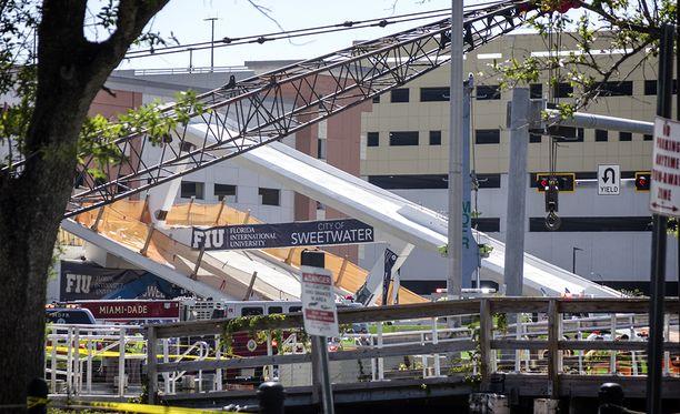 Rakenteilla ollut silta romahti yllättäen Miamissa torstaina.