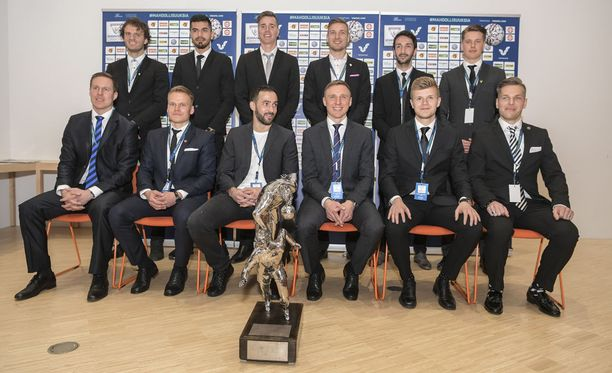 Veikkausliigajoukkueiden kapteenit poseerasivat keskiviikkona mestaruuspatsaan kanssa kauden avaustilaisuudessa Helsingissä.