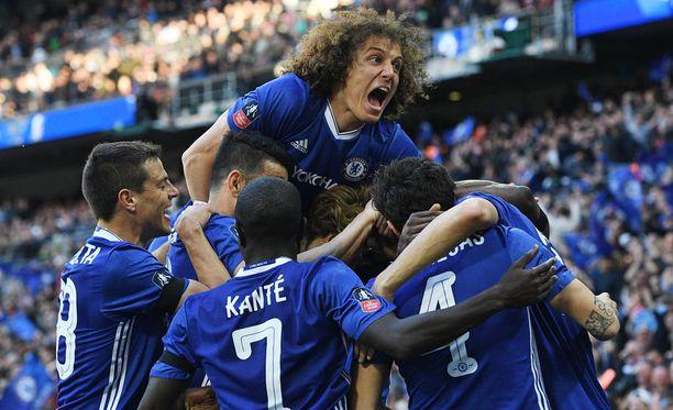 David Luiz nousee kasan päälle Chelsea-pelaajien juhliessa Nemanja Maticin ihmemaalia.