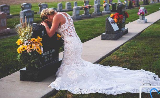 Jessica polvistui rakkaansa haudalle.