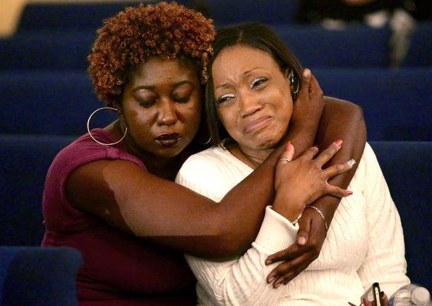 Boynton United Community -kuoron jäsenet Natasha Ward ja Erica Gordon surivat Corey Jonesin kuolemaa.