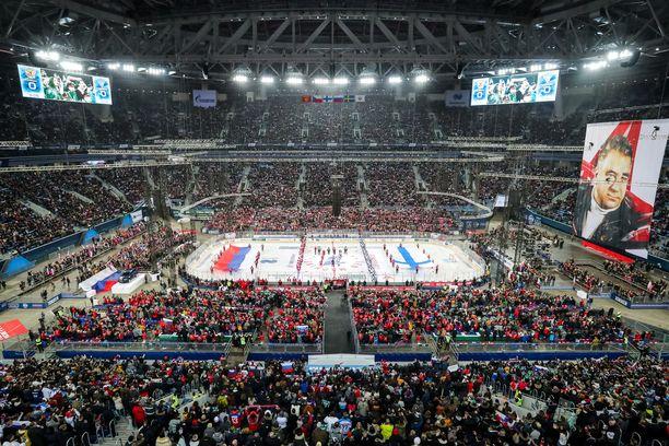 Pietarin Krestovski-stadionilla oli ennätykselliset 71 381 katsojaa. Päätykatsomoon nousi valtava Anatoli Tarasov -banderolli.