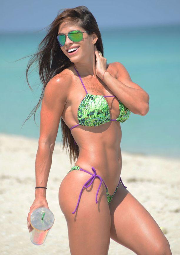 Michelle Lewin mätsäsi aurinkolasien peilipinnan sävyn bikinien väriin.