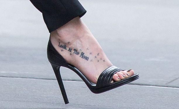 """Dakotan jalassa lukee: """"Katso kuuta""""."""
