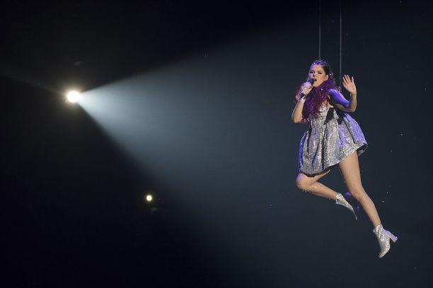 Saara Aalto aloitti konsertin esittämällä Sian Alive-kappaleen.