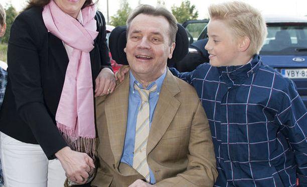 Timo T.A. Mikkonen kehuu poikansa Matias Mikkosen uutta kappaletta mukaansatempaavaksi.