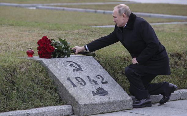 Venäjän presidentti Vladimir Putin laski kukkia Leningradin piirityksen uhrien joukkohaudalle. Hänen isoveljensä kuoli piirityksen aikana vuonna 1942 yhden vuoden iässä.