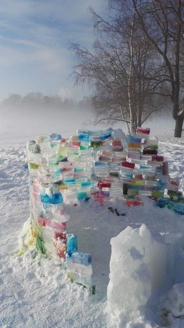 Lauttasaarelaiselle rannalle tehtiin Rasmuksen katoamisviikon aikana värikäs jäätiilivalli. Kaupunkilaiset toivat sen juurelle muistokynttilöitä. Tänä talvena teos rakennettiin uudestaan.