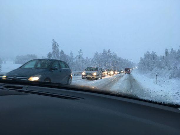 Lumisade aiheuttaa ongelmia liikenteelle Ysitiellä.