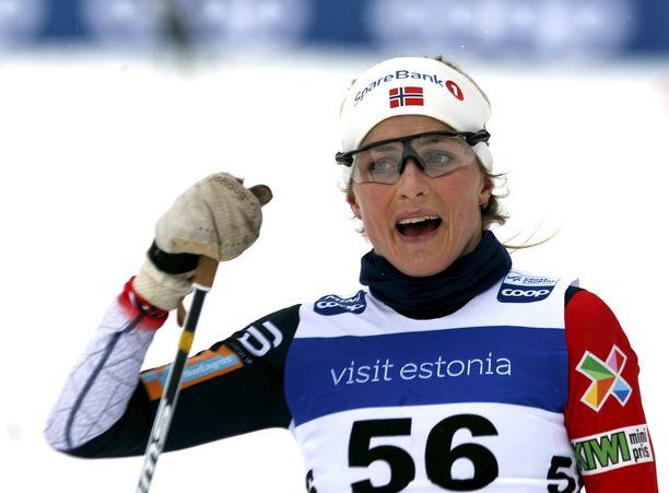 Therese Johaug otti Norjan mestaruuden yli minuutin erolla seuraavaan perinteisen kympillä.