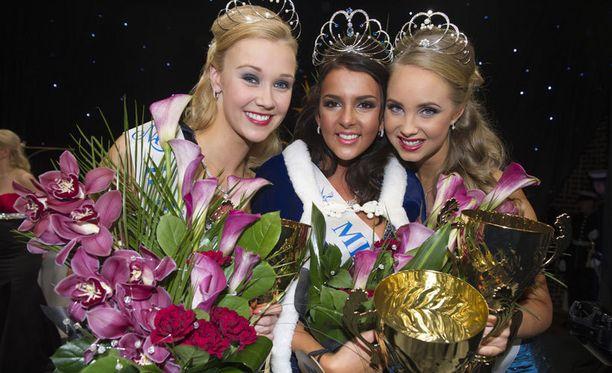 Vuonna 2012 Miss Suomeksi valittiin Sara Chafak (keskellä).