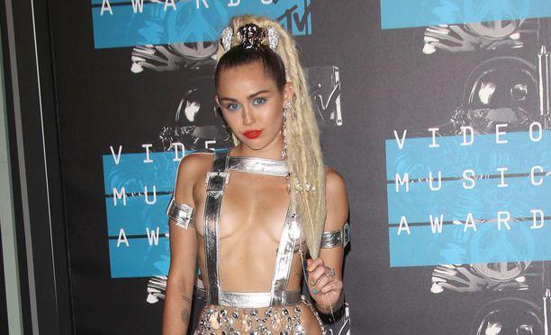 Miley Cyrus on tunnettu laulunlahjojen lisäksi räväkästä tyylistään.