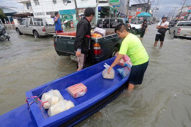 Tiistaina otettu kuva eteläisestä Thaimaasta. Kansainvälisten uutisten mukaan rankkasateet haittaavat myös kiihkeää turistisesonkia ja matkakohteita.