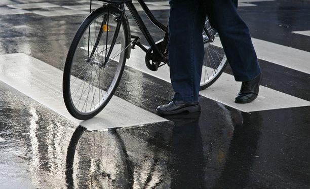 Suojatiellä ei saa ajaa polkupyörällä. Pyöräilijästä tulee jalankulkija, kun hän nousee satulasta ja taluttaa pyörän suojatien yli.
