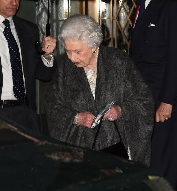 Kuningatar Elisabet saapui tomerana The Ivy-ravintolaan.