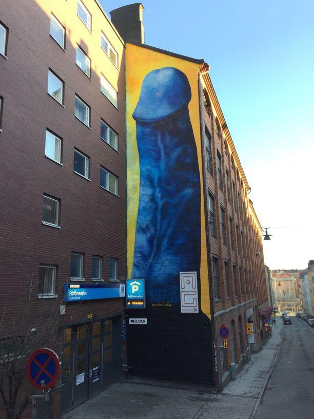 Kuvassa oleva Tukholmaan maalattu penisgraffiti sensuroitiin pian sen tekemisen jälkeen. Falkholtin vaginataide, fittkonst, on tyyliltään abstraktimpaa.