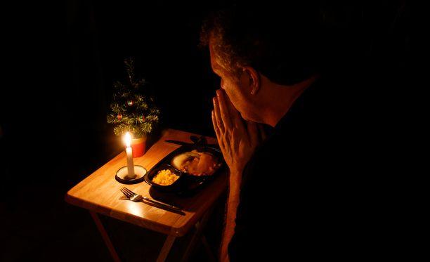 Kymmenilletuhansille suomalaisille joulu on muutakin kuin joululahjoja, hyvää ruokaa ja seurustelua. Se on yksinäisyyttä, joka ahdistaa jo etukäteen.