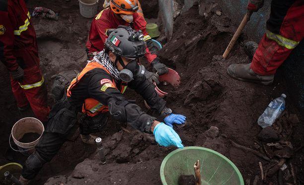 Guatemalassa pelastustyöntekijät etsivät ihmisten jäänteitä tulivuorenpurkauksen jäljiltä.