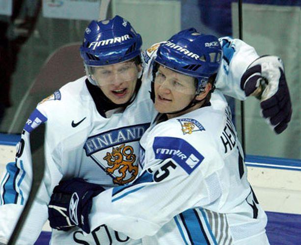 Esa Pirnes (vas.) ja Jukka Hentunen olivat Suomen tehomiehet Norja-pelissä.