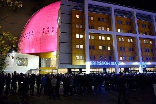 Keikkayleisöä sunnuntai-iltana Globenin edessä Tukholmassa.