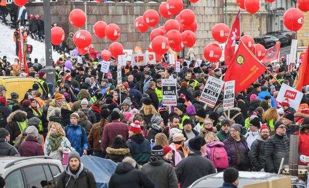 Mielenosoittajat kokoontuivat vastustamaan työttömien aktiivimallia samanaikaisesti ay-liikkeen lakon kanssa perjantaina.