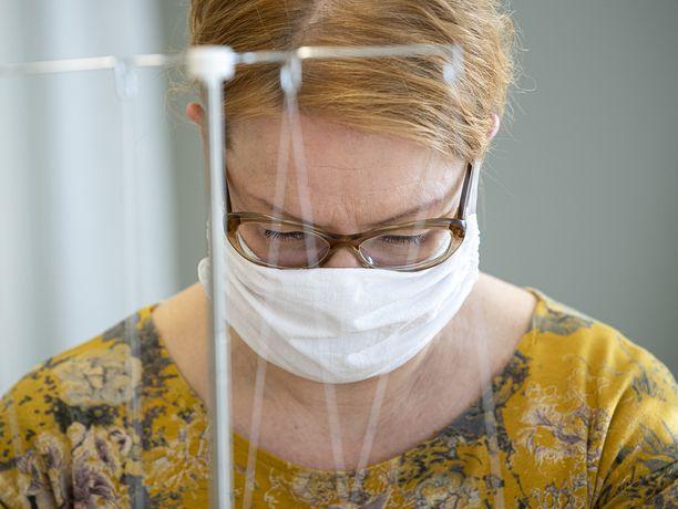 Itse tehtyjen kangasmaskien käyttäminen jakaa mielipiteitä. Sosiaali- ja terveysministeriö ei suosittele niiden käyttöä, vaikka THL:n pääjohtaja Markku Tervahauta on ottanut toisenlaisen kannan.