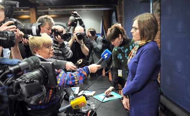 KOVA PAIKKA Ministeri Heidi Hautala joutui tiedotusvälineiden ristituleen remontistaan pitämässään tiedotustilaisuudessa.
