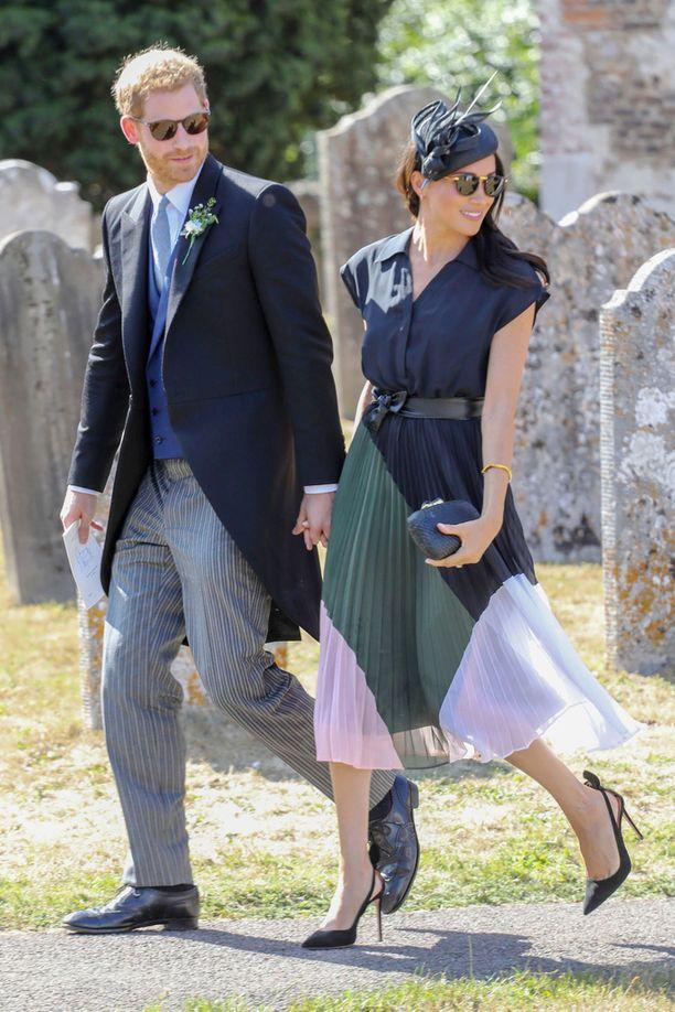 Sussexin herttuapari edusti viikonloppuna Harryn ystävän häissä. Harry oli juhlissa bestmanina.