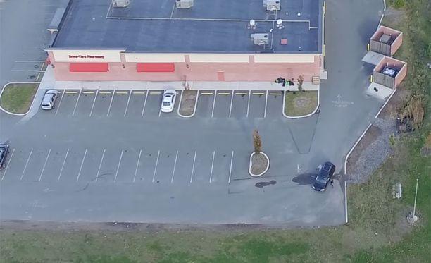 Vaimo odotteli CVS-ketjun myymälän parkkipaikalla eikä ilmeisesti huomannut yläpuolella pörräävää kuvauskopteria.