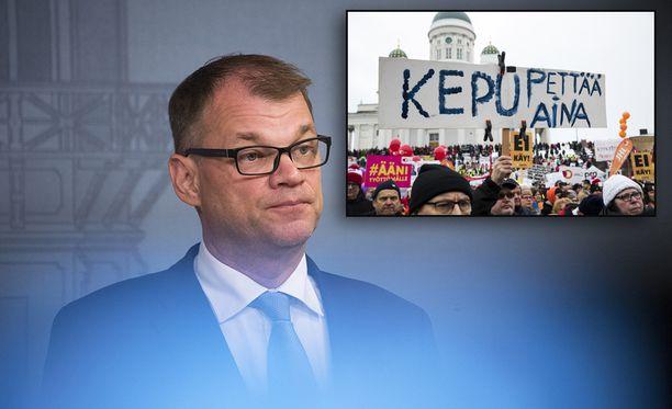 Juha Sipilän hallituksen leikkaukset ovat kurittaneet sosiaali- ja terveysalan ammattilaisten mukaan pienituloisia ja lapsiperheitä.