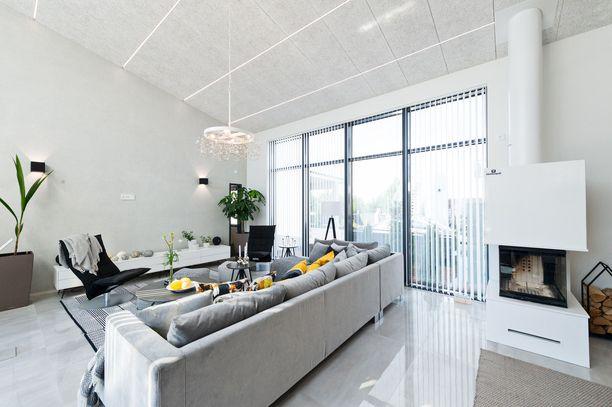 Ekologisessa kodissa hyödynnetään paljon luonnonvaloa. Vaaleat seinät ja heijastavat pinnat auttavat. Kuvan tämän vuoden Asuntomessuilta Porista.