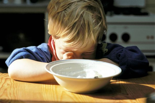 Poika oli kiemurrellut ruokapöydässä, mikä johti isän outoon tekoon. Kuvituskuva.