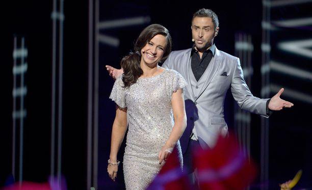Koomikko Petra Mede ja viime vuoden voittaja Måns Zelmerlöw juontavat tämän vuoden Euroviisut.