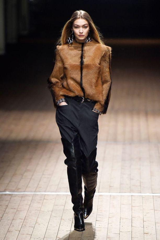 It-tyttöjen rakastama ranskalaismerkki Isabel Marant rakastaa cowboy-buutseja. Kuvassa Gigi Hadid runwaylla Isabel Marant -saappaissa.