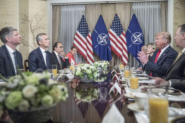 Kokous alkoi Naton pääsihteeri Stoltenbergin ja Yhdysvaltain edustajien yhteisellä aamiaisella.