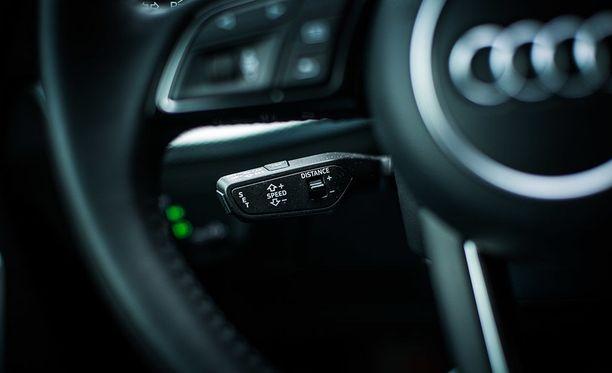 Mukautuva vakionopeudensäädin lisää ajomukavuutta matka-ajossa.