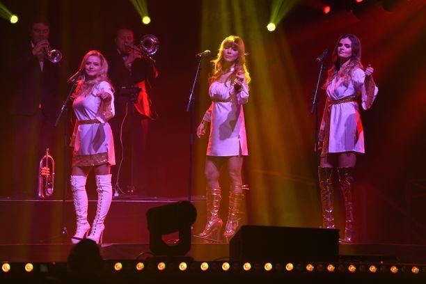 Dannyn show'ssa upeina taustalaulajina nähtiin D'Voicesin Katja Lukin-Keiski, Varpu Virta ja Jennika Vikman. Erika Vikman ei päässyt viimeiselle jäähyväiskeikalle mukaan.