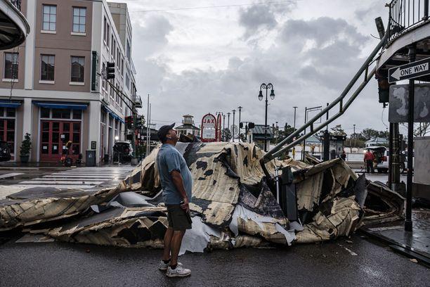 Hurrikaani Ida repi katon irti New Orlaeansissa ranskalaisen korttelin alueella.