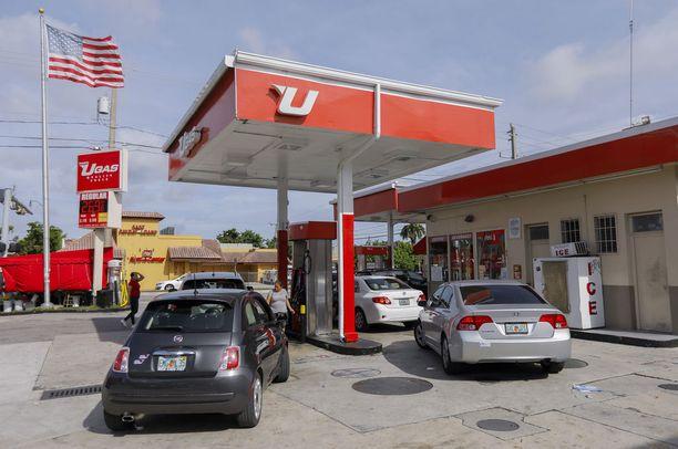 Polttoainetta jonotettiin huoltoasemilla Miamissa.