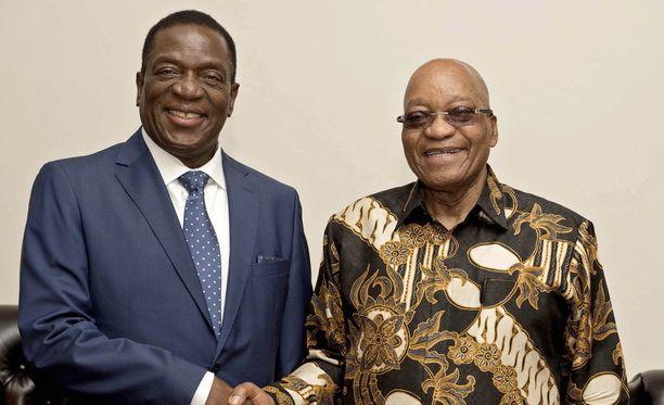 Zimbabwen todennäköinen uusi presidentti Emmerson Mnangagwa (vas.) oli paossa Etelä-Afrikassa, jossa hän tapasi muun muassa Etelä-Afrikan presidentin Jacob Zuman.