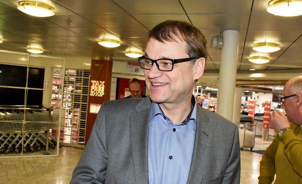 Juha Sipilä oli hyväntuulisena keskustan kuntavaaliristeilyllä.