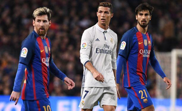 La Liga on seuraamassa muiden isojen liigojen esimerkkiä maaliviivateknologian ja videotarkistusten osalta. Kuvassa FC Barcelonan Lionel Messi ja Andre Gomes sekä Real Madridin Cristiano Ronaldo.