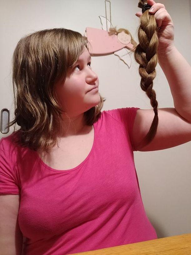 Milla Ruotsalainen leikkasi pitkiä hiuksiaan jopa 50 senttiä.